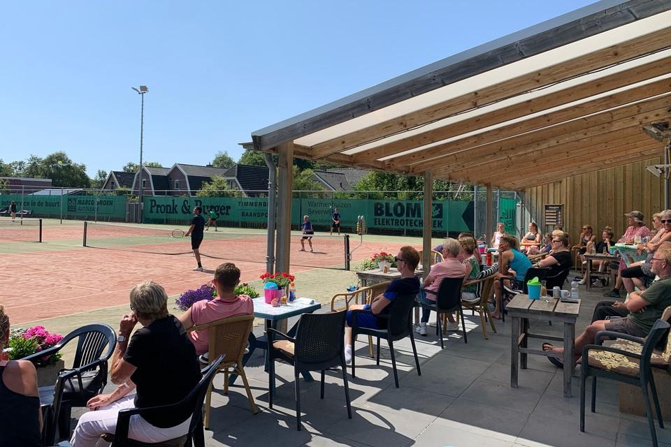 Toeschouwers en spelers genieten in Dirkshorn onder tropische omstandigheden van het feit dat er weer getennist mag worden.