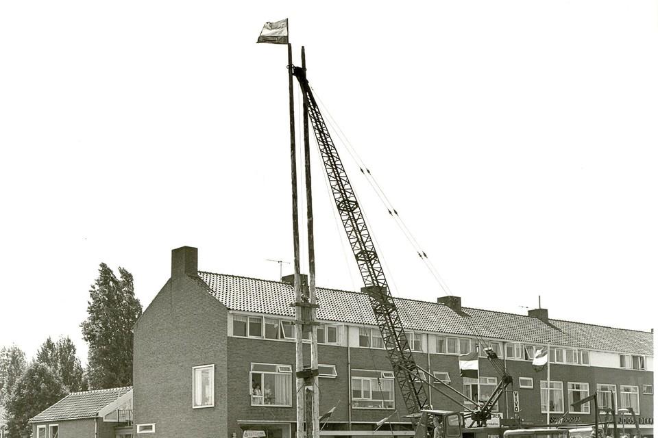 De eerste paal wordt geslagen voor het in 1971 opgeleverde dorpshuis De Reede in Rijsenhout.