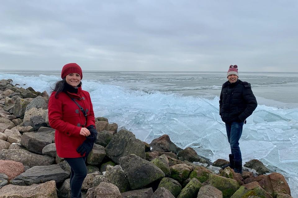 """Diana en Jaap langs de steenblokken en het ijs van de Zuiderdijk; ,,Dit moet je een keertje in je leven hebben gezien."""""""