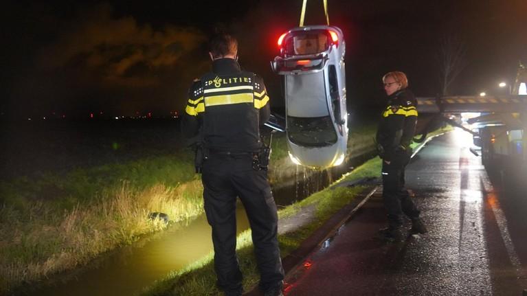 17-jarige jongen rijdt onder invloed en zonder rijbewijs met auto het water in bij De Weere