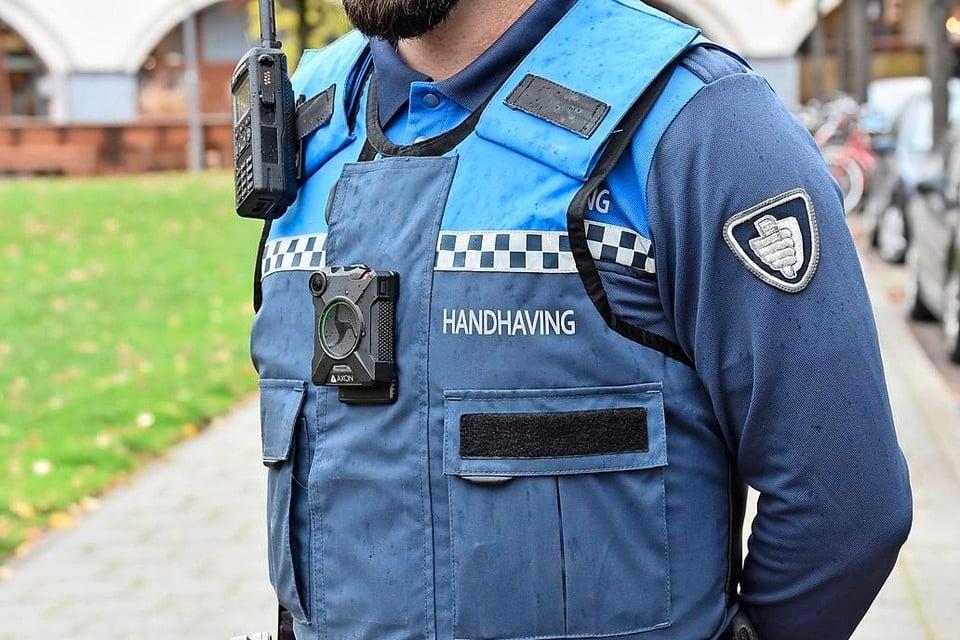 Handhaver met bodycam in Rotterdam.