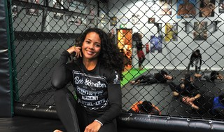 'Dit wordt haar eerste verlies.' Wereldkampioen MMA Juliana Velasquez verloor nog nooit, maar Denise Kielholtz is niet onder de indruk [video]