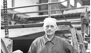 Wandelen over het voormalige fabrieksterrein van papierfabriek Van Gelder die 40 jaar geleden de deuren sloot: 'Ik loop nu dwars door de machinehal van een papiermachine'
