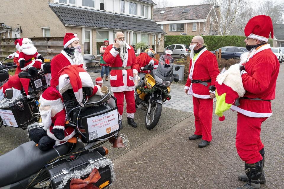 Enkele 'kerstmannen' verzamelen zich in Heerhugowaard voor de rit.