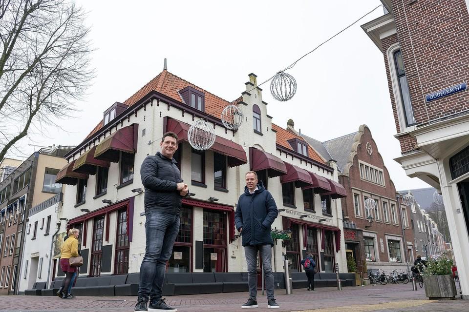 Daan Touw (links) en Remco de Boer beginnen een nieuw horecabedrijf in het Gulden Vlies. ,,Iets van casco af opzetten, is ontzettend leuk om te doen.''