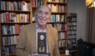 'Ik deed mee om te winnen', zegt gepensioneerd natuurkundedocent Coen van der Kamp; nu staat de prestigieuze Robbert Dijkgraaf Essayprijs te pronken in zijn huiskamer in Middelie [video]