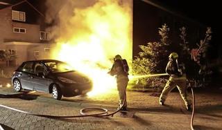 Brandende auto begint uit zichzelf te rijden en botst tegen woning aan in Obdam. Bewoners op tijd ontsnapt, huis maar net gered [video]