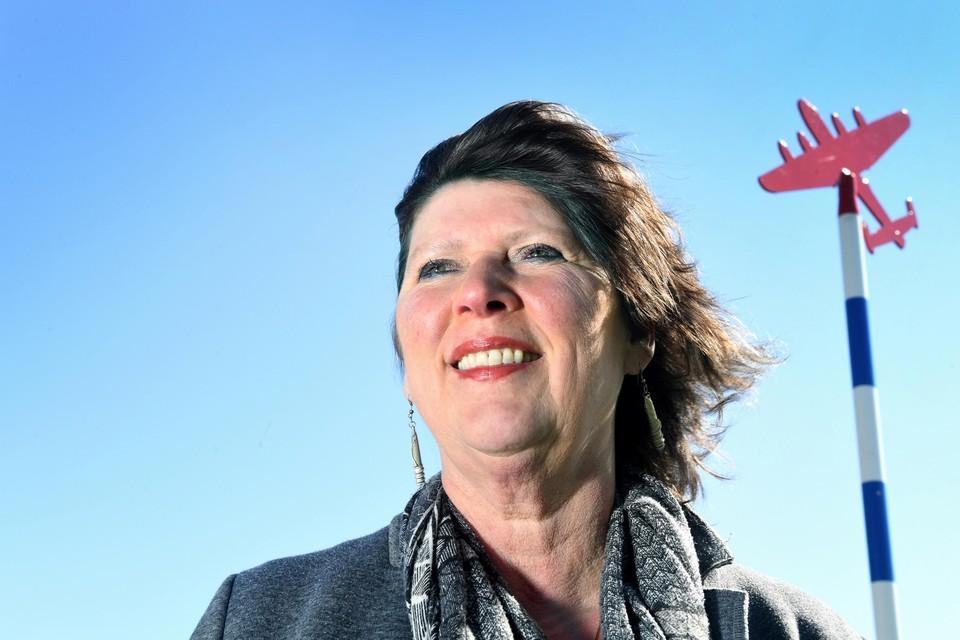 Burgemeester Rianne van Dam van Hollands Kroon bij de plaatsing van de eerste herdenkingspaal in september vorig jaar in de Wieringermeer.