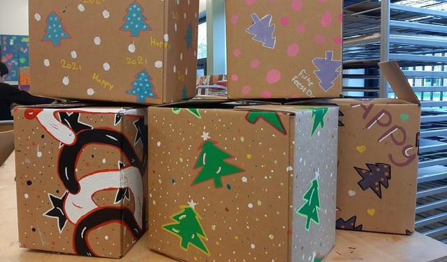Een feestelijke kerst is niet vanzelfsprekend: leerlingen van Praktijkschool Hoorn maken tachtig kerstpakketten voor de voedselbank