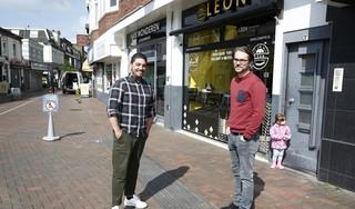 Italiaan en Roemeen starten een nieuw foodconcept in het centrum van Hilversum. Overdag een bakkerij en 's avonds vegan en vegetarische gerechten om mee te nemen. 'Het klikte meteen, we kunnen uren over eten praten'