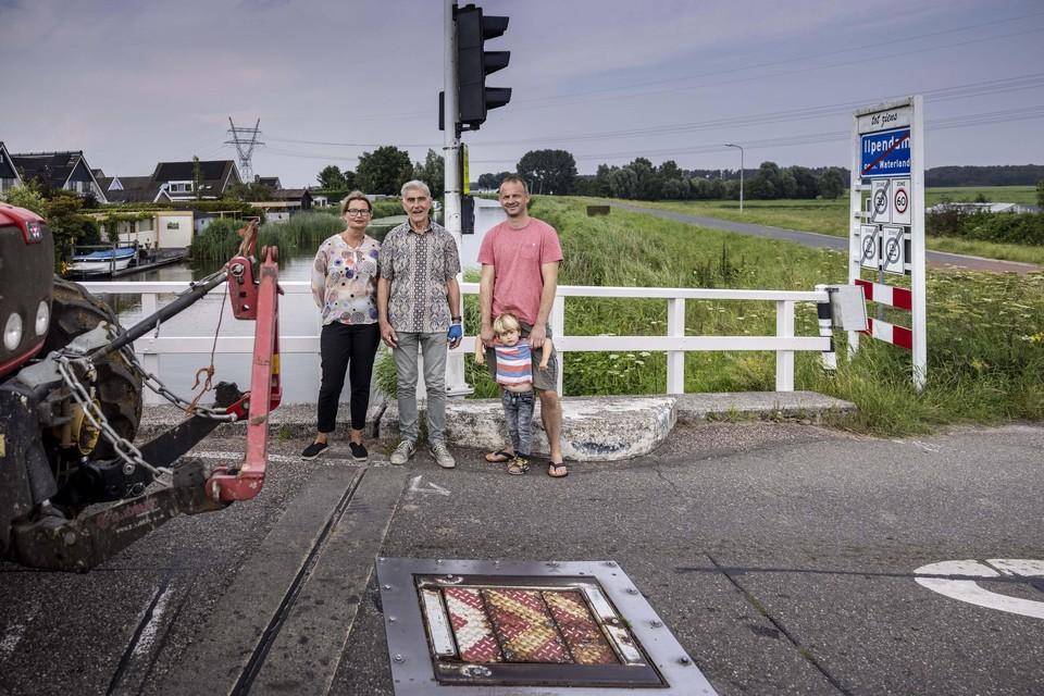 Leden van de werkgroep De Noord/Kerkstraat in Ilpendam bij de blokkade tegen sluipverkeer op de Hofbrug.