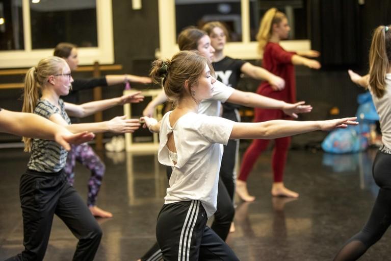 Danceworks uit Velsen staat met 195 dansers met 'Scrooge' in een uitverkochte Stadsschouwburg