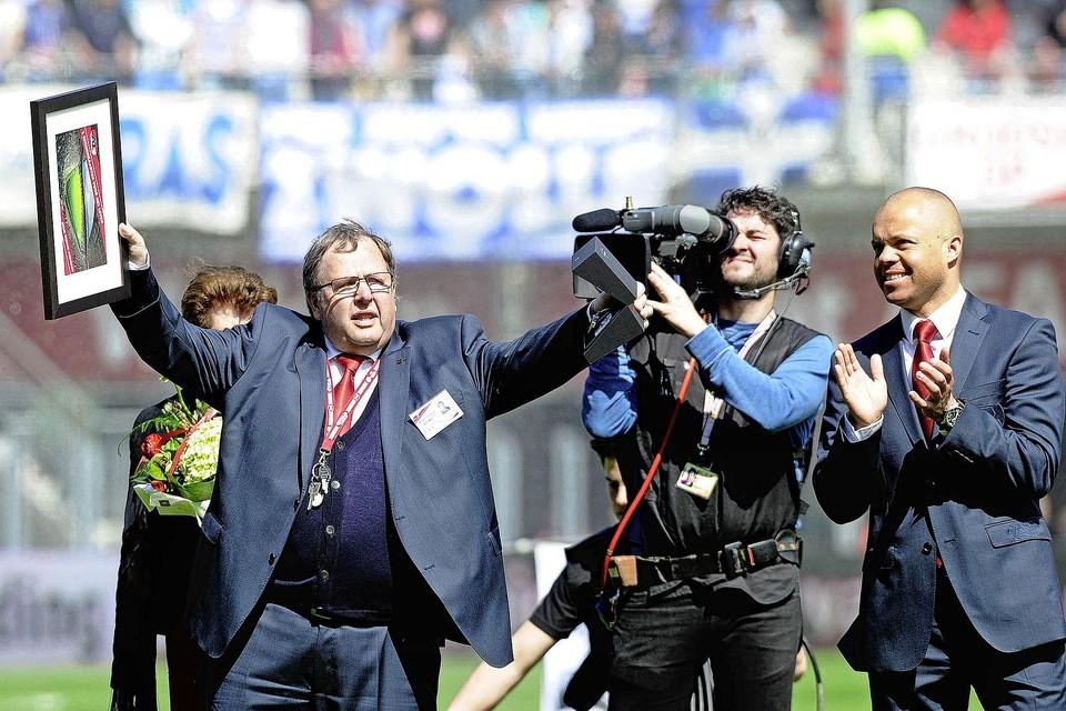Mei 2013: Wijnand Vermeulen is door AZ benoemd tot erelid. Rechts de toenmalig technisch directeur Earnest Stewart.