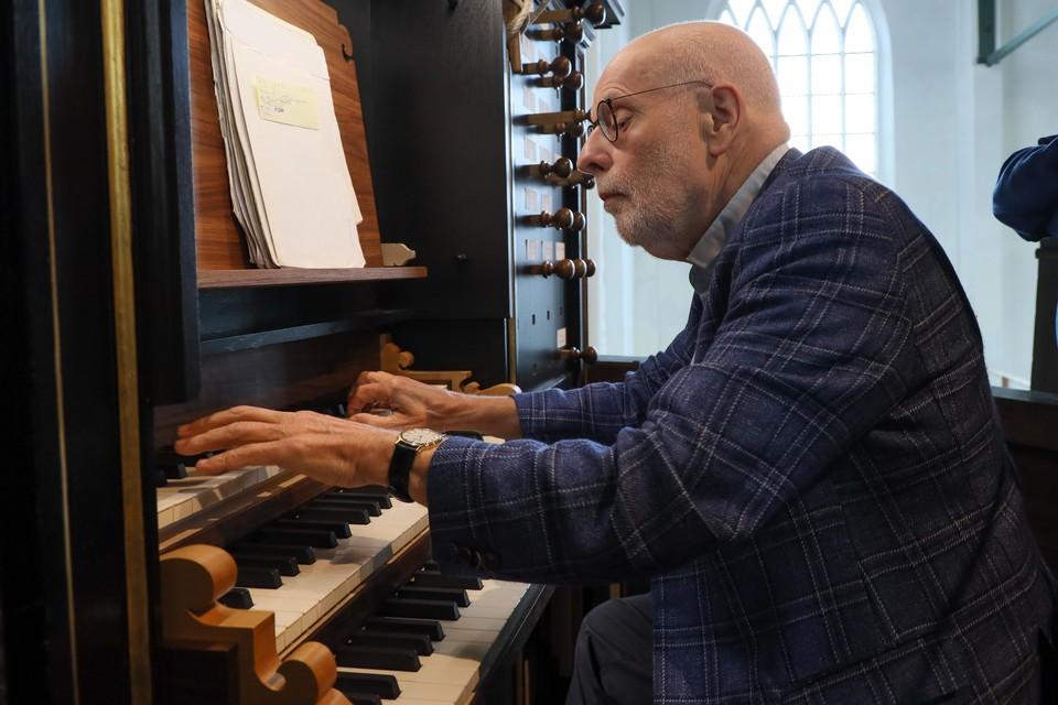 """Ton Koopman bedient, in opperste concentratie, het bovenste klavier. ,,Als iemand er verstand van heeft is hij het wel."""""""