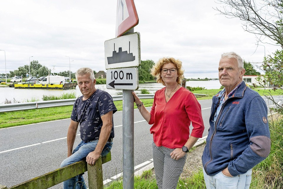 Cor Kruyenaar, Tiny Woning en Theo kerssens bij het pontje. ,,De schippers houden zich lang niet altijd aan de regels.''