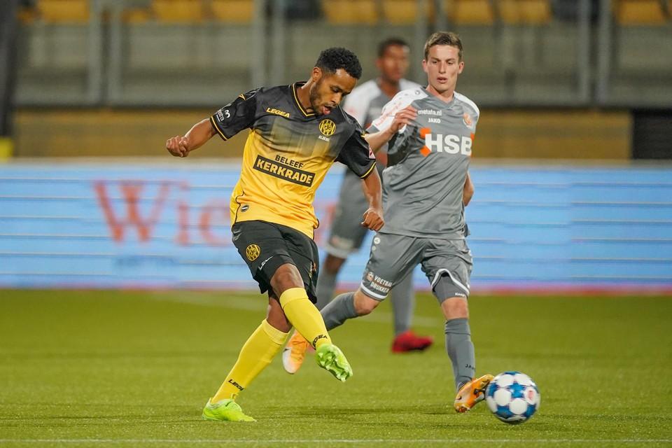 Roland Alberg speelt de bal namens Roda JC tijdens het duel tegen FC Volendam.