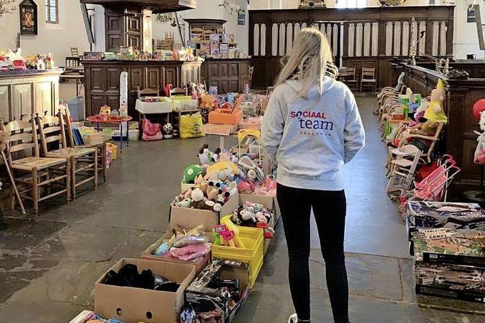 Een medewerker van het Sociaal Team Beverwijk vorig jaar in de Grote Kerk tussen het speelgoed.