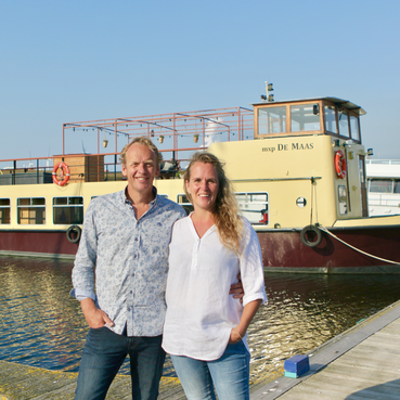 Amanda en Machiel duiken vanaf riant dek in de haven