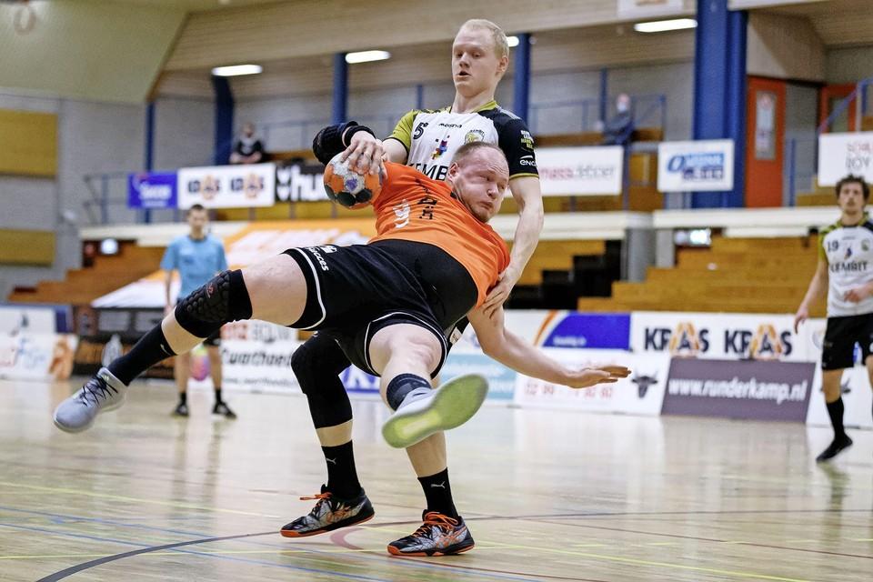Jeroen Roefs wordt door broertje Tim keihard onderuit gehaald tijdens de wedstrijd Volendam-Lions.