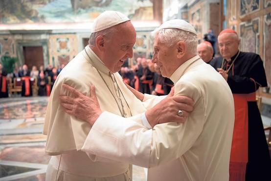 De strijd van de pausen: celibaat verdeelt Vaticaan
