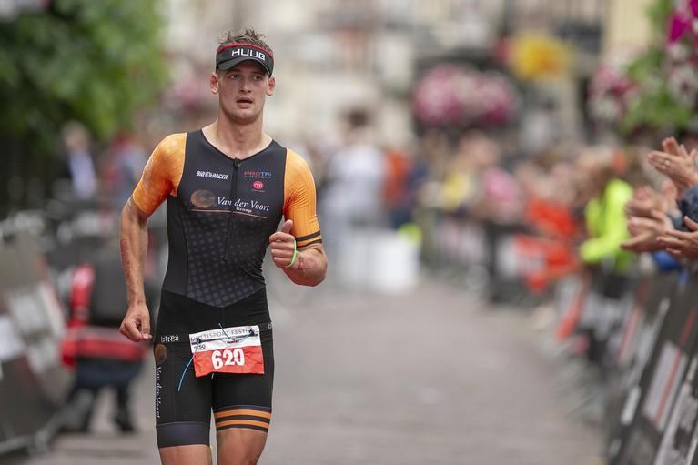 Zwemmen, hollen, fietsen en weer doorgaan bij eerste Ironman in Hoorn [video]