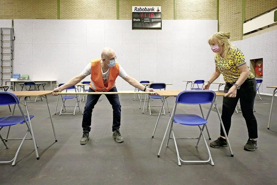 Rob Koomen en Esther Schut zorgen dat er voldoende afstand is tussen de tafeltjes.
