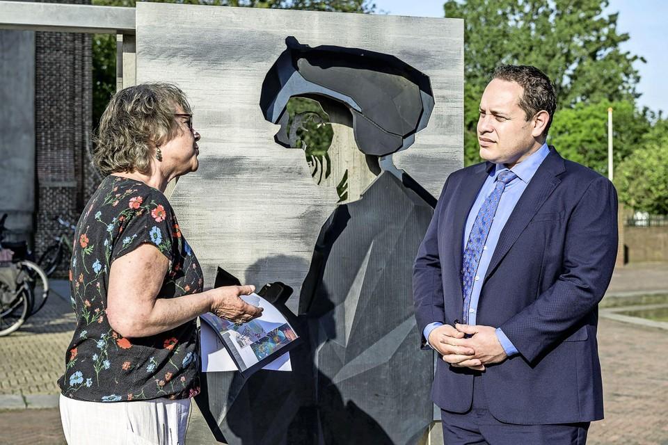 Milou Mulder overhandigt de petitie aan burgemeester Marvin Polak.