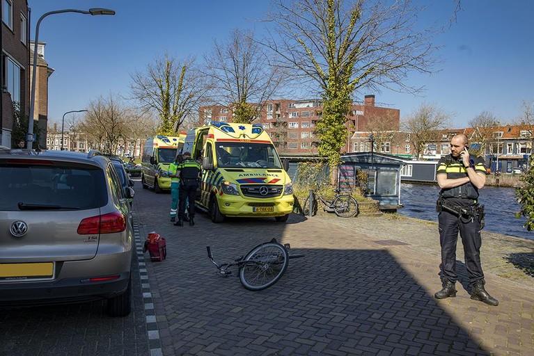 Fietser zwaargewond aangetroffen in Haarlem, oorzaak onduidelijk