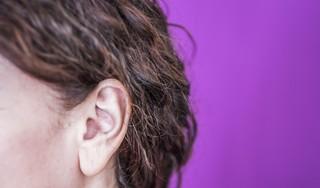 Stephanie heeft last van tinnitus: 'Ik noem het gewoon een piep in mijn oor'