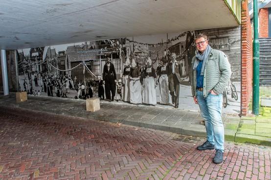 'Hé, dat is mijn opa'; feest der herkenning op kunstwerk van Grafisch Goed onder Volendams viaduct