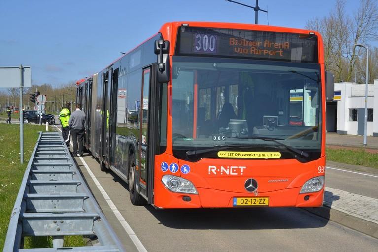 Auto botst tegen lijnbus in Hoofddorp