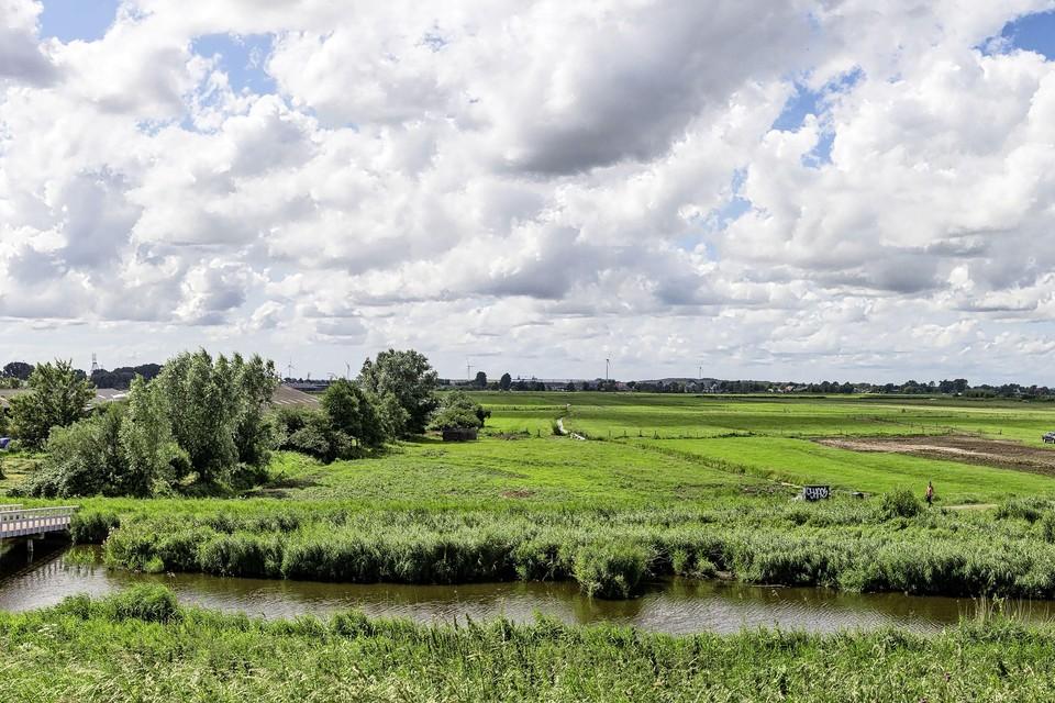 De boerderij aan het Westerwindpad. Rechts in het weiland wordt grond vlak gemaakt voor de theatertent.