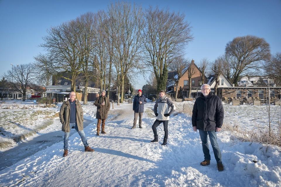 Bestuursleden van Spaargas Ramplaankwartier, met als tweede van links Eelco Fortuijn.