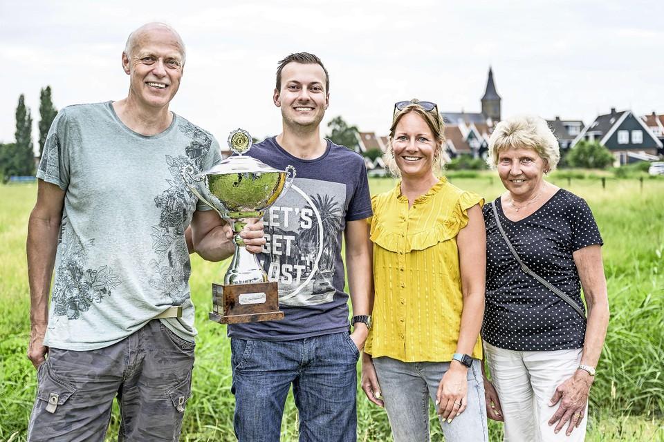 Alleen maar winnaars op het landje tussen Het Trefpunt en de Minneweg op Marken. (v.l.n.r.) Klaas en Auke Teerhuis, Melanie Visser en Nelie Visser Stoker