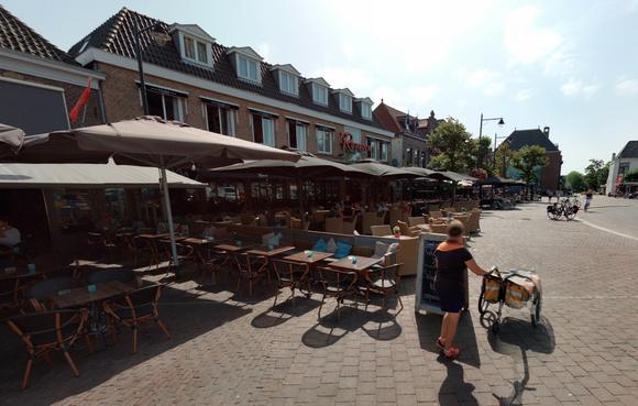 Schagense café-eigenaar ontdaan na vechtpartij op terras, maar: 'Geen geldig ID dan ook geen drank, klaar uit'