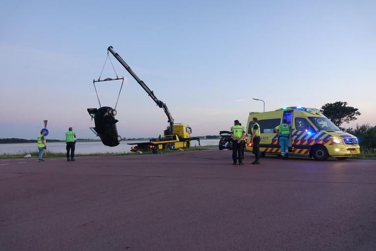 Auto belandt op het dak in de sloot na botsing in Callantsoog