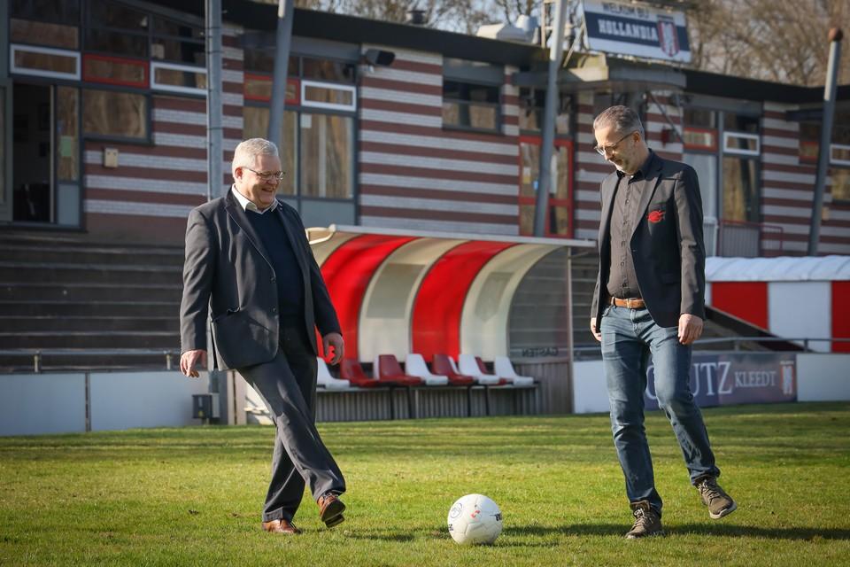 """Voorzitters Gerard Hubers (links) en Mike de Haan spelen elkaar alvast de bal toe op het Julianapark: """"Wij zijn een voorbeeld voor andere clubs."""""""