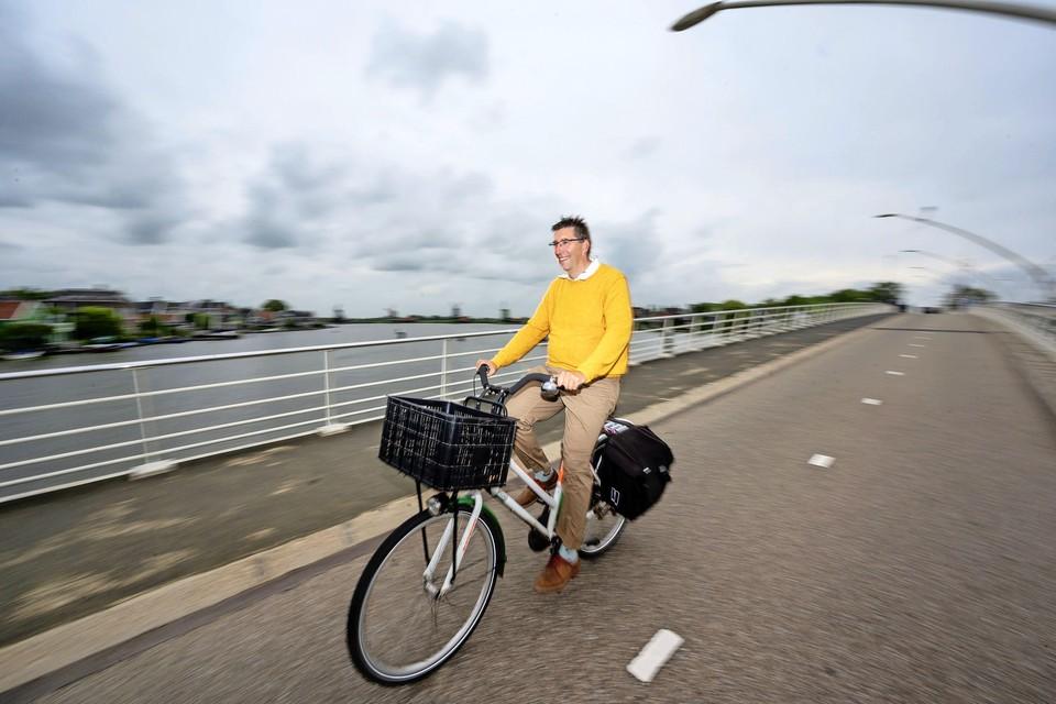 Dinsdag wil Van Gessel van Zaandijk naar het Duitse Lathen fietsen, op de Postcode Loterij-fiets van zijn moeder.