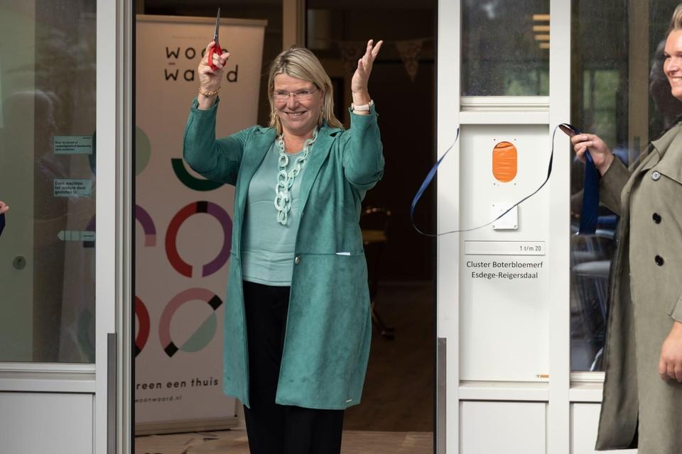 Nicole van Wijk, bestuurder van Woonwaard (midden), opent het nieuwe appartementencomplex.