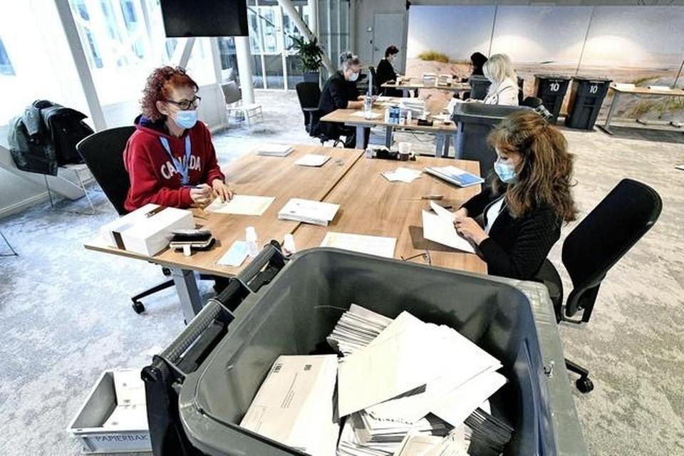 Het openen van de briefstemmen in Den Helder.