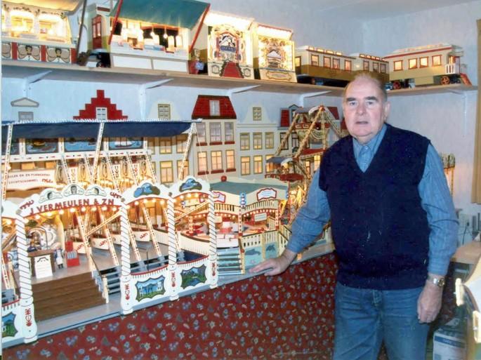 Jaap Vermeulen maakte zoveel miniatuur-kermisattracties in zijn slaapkamer dat zijn bed naar de woonkamer moest