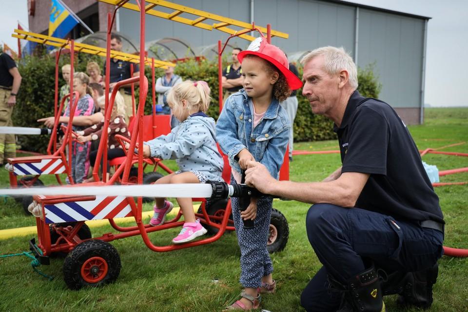 De kinderen wanen zich echte brandweerlieden in Nibbixwoud.