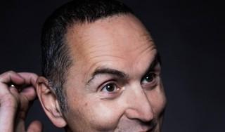 Joodse comedian Raoul Heertje spreekt in Haarlemse kerk over haat-liefde verhouding met Israël: 'Sommige mensen zijn boos dat ik de vuile was buiten hang'