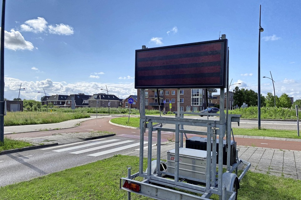 Op de rotonde aan de Saendelverlaan (bij station Krommenie-Assendelft) staat de waarschuwing 'Pas op! Pakketfraudeurs actief' op een tekstkar.