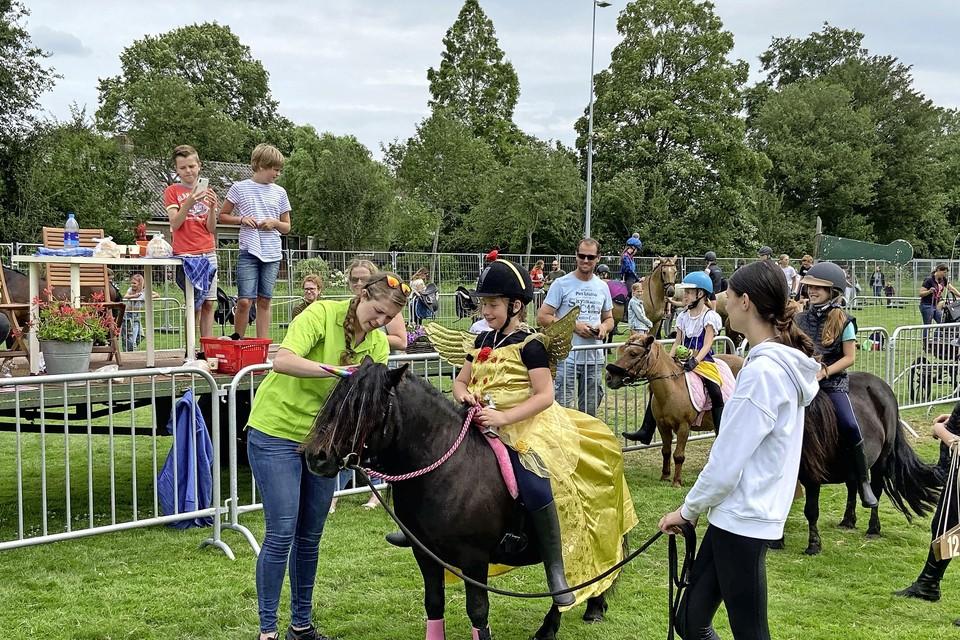 Op de pony's tijdens de Boerderijdag, onderdeel van de Beemster Feestweek.
