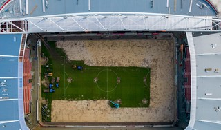 AZ krijgt na 15 jaar een nieuwe grasmat. Fans nemen de middenstip en de penaltystippen mee naar huis