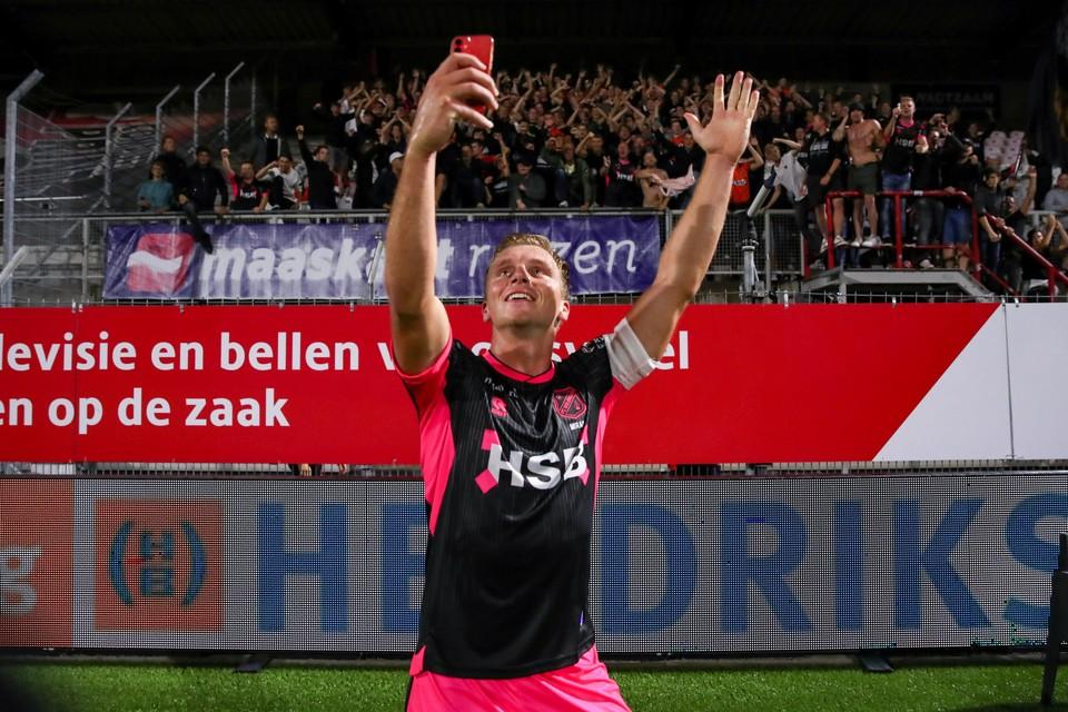 Damon Mirani viert de overwinning in Oss met een selfie met de Volendam-supporters.