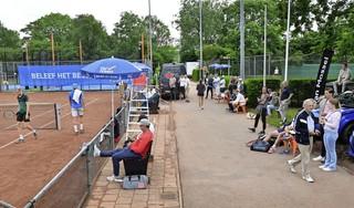 Handdoeken gevraagd om tennisbanen droog te vegen in Alkmaar