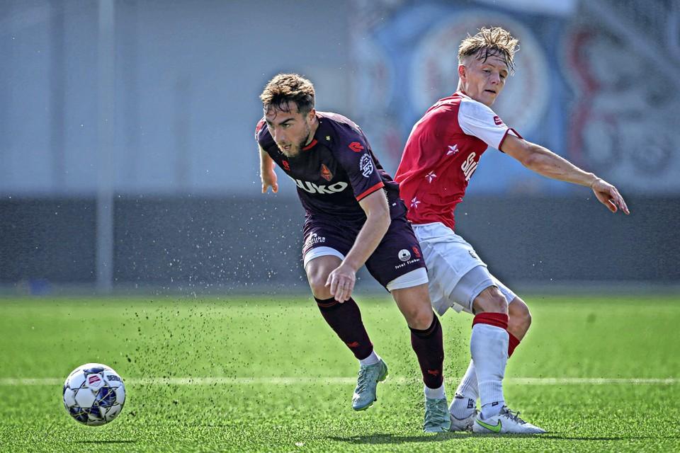 Ozan Kökcü, een van de twee spelers die al in de eerste helft invielen, ontdoet zich van MVV-aanvoerder Sven Blummel.