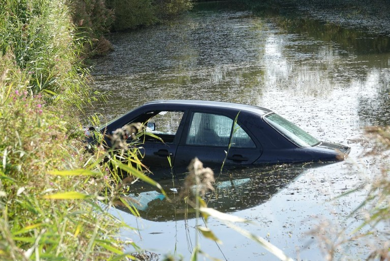Auto in water bij parkeerplaats Berkhout: lege bierflesjes en hengels in druipende kofferbak [video]